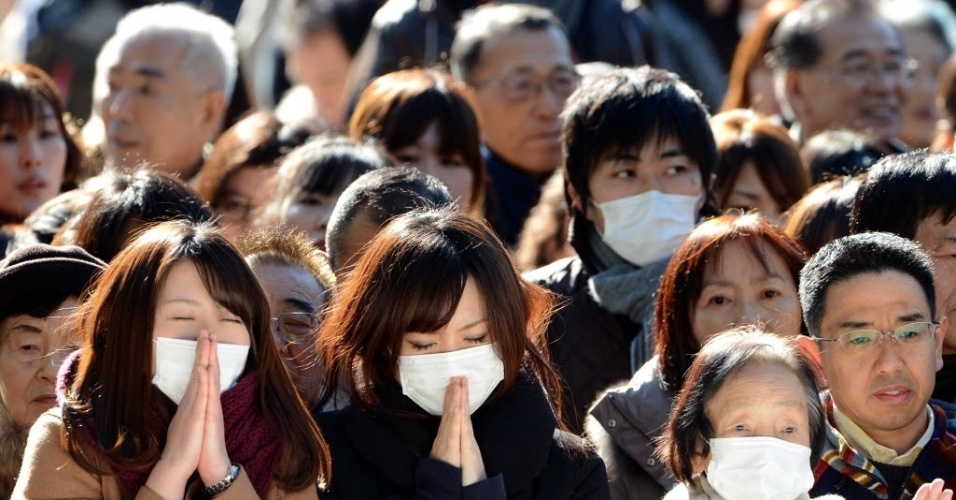 1º.jan.2013 - Pessoas rezam no primeiro dia do ano no santuário Meiji, em Tóquio (Japão). Cerca de três milhões de pessoas devem visitar o local para orar durante o Ano Novo