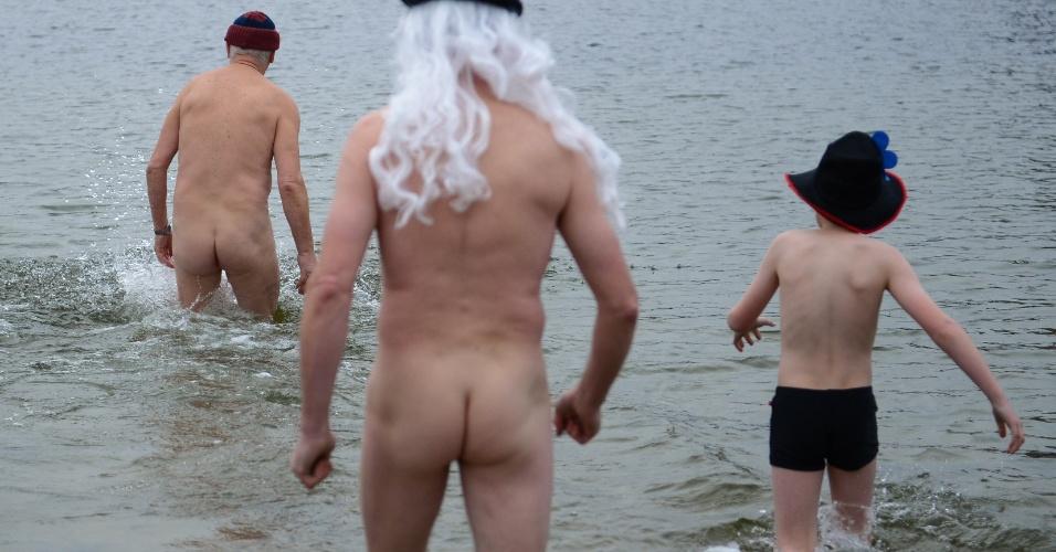 1º.jan.2013-  Banhistas encaram as baixas temperaturas para o tradicional mergulho de Ano Novo no lago de Orankesee, em Berlim, na Alemanha