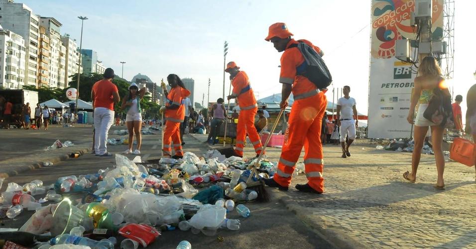 1.jan.2013 -Garis trabalham na limpeza da praia de Copacabana após a festa do Ano Novo, no Rio de Janeiro