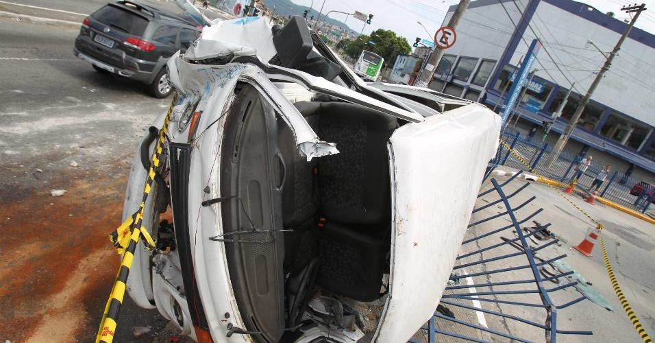1º.jan.2013- Uma kombi capotou depois que o motorista perdeu o controle e bateu na grade do terminal Cachoeirinha de ônibus, na zona norte de São Paulo, na madrugada dessa terça-feira (1º). Segundo a polícia, os quatro ocupantes foram socorridos, mas um não resistiu aos ferimentos e morreu. Foi encontrada uma garrafa de vodca próxima ao veículo