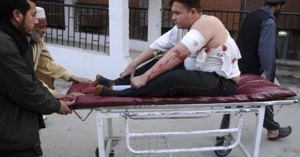1º.jan.2013- Motorista é socorrido após o veículo que ele dirigia ter sido alvo de um atentado em Peshawar, no Paquistão. Seis mulheres assistentes sociais paquistanesas e um médico que trabalhavam para uma ONG foram mortos no atentado