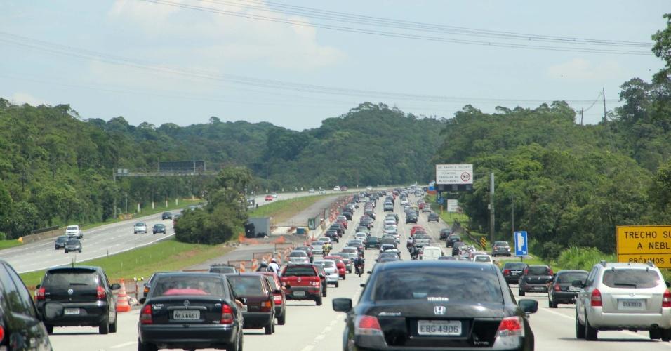 1º.jan.2013- Trânsito na manhã desta terça-feira na rodovia dos Imigrantes, em São Paulo, na volta do feriado de Ano Novo. Motorista já enfrenta longas filas nas pistas