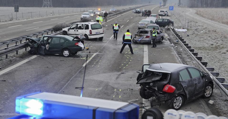 1º.jan.2013- Vista geral de acidente envolvendo 12 veículos, em uma estrada perto de Ulm, na Alemanha. Pelo menos três pessoas morrerram