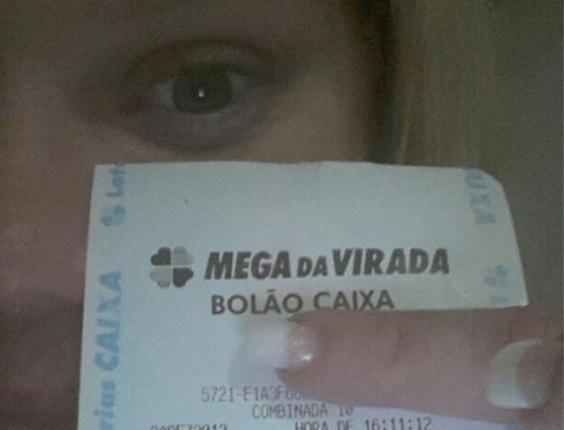 1.jan.2013 A ex-BBB Paulinha Leite mostra o bilhete da Mega Sena da Virada em que acertou cinco números