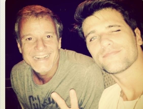 1.jan.2013 Os atores Marcelo Serrado e Bruno Gagliasso passaram o Réveillon juntos em uma festa em Fernando de Noronha. Gagliasso, que postou a foto no Twitter, também estava acompanhado da mulher Geovanna Ewbank