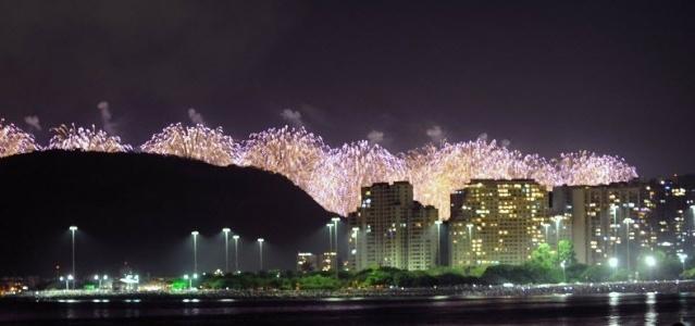 1º.janeiro.2013 - Fogos de artifício são vistos na orla da praia de Copacabana, no Rio de Janeiro, durante festa de Réveillon