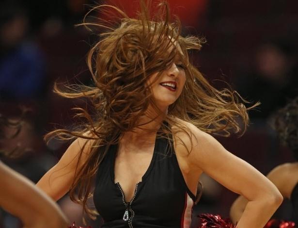 31.dez.2012 - Cheerleader do Chicago Bulls dança na partida de ano-novo contra o Charlotte Bobcats