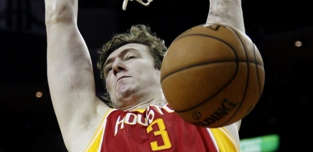 31.dez.2012 - O turco Omer Asik enterra na fácil vitória de seu Houston Rockets sobre o Atlanta Hawks