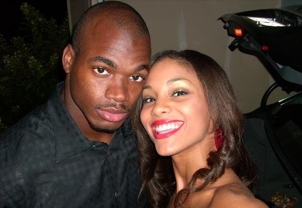 Adrian Peterson, jogador do Minnesota Vikings, ao lado da namorada Ashley Brown