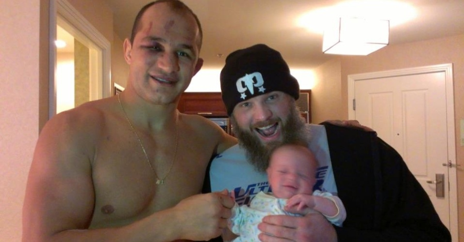 Cigano aparece ao lado de Roy Nelson e seu filho