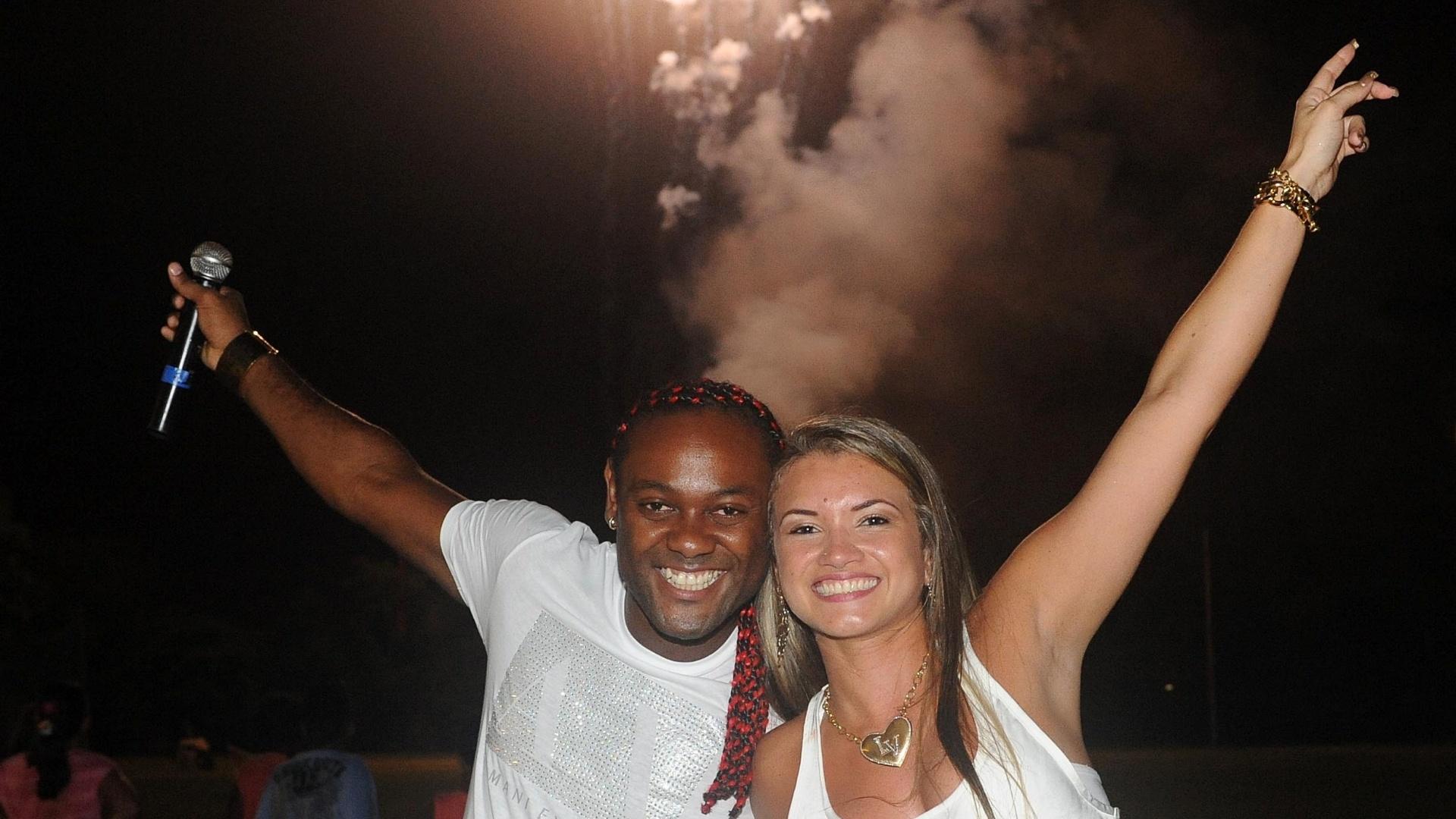 Vagner Love, atacante do Flamengo, comemora a chegada de 2013 com a noiva (01/01/2013)