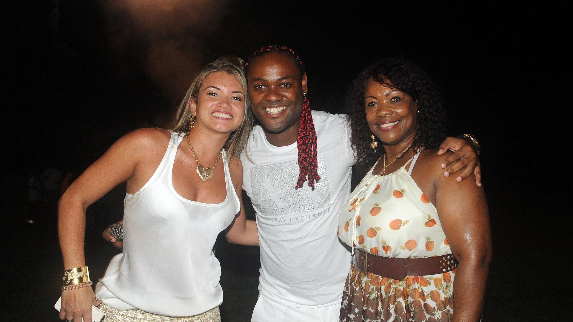 Vagner Love passou a virada de ano com familiares e a noive Lucilene Pires (d)