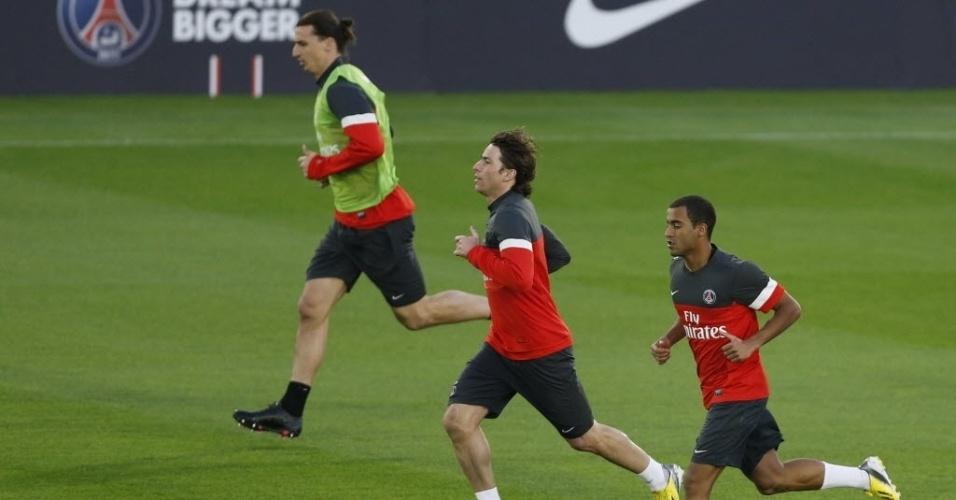 01.jan.2013 - Em seu primeiro treino pelo PSG, no Qatar, meia Lucas (d) corre ao lado de Maxwell e Ibrahimovic