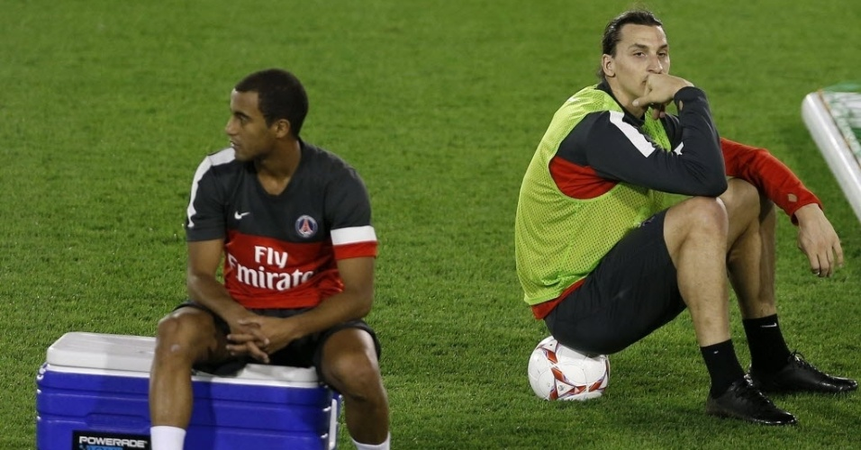 01.jan.2013 - Lucas (e) descansa durante treino do PSG no Qatar ao lado do atacante sueco Zlatan Ibrahimovic