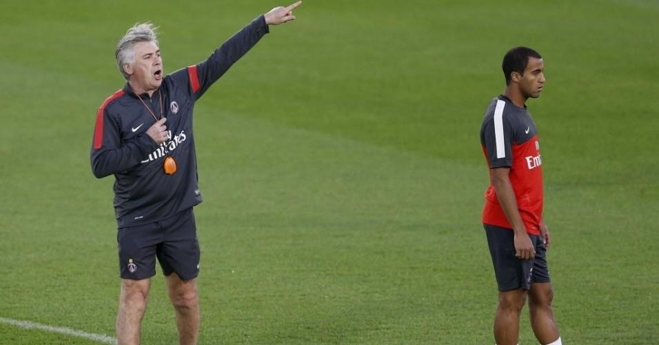 01.jan.2013 - Técnico do PSG, Carlo Ancelotti, orienta treino que marcou a chegada do meia Lucas durante pré-temporada no Qatar