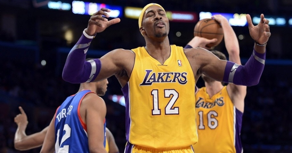 01.jan.2013 - Dwight Howard lamenta lance em mais uma derrota dos Lakers, a 16 em 31 jogos na temporada, dessa vez para os 76ers