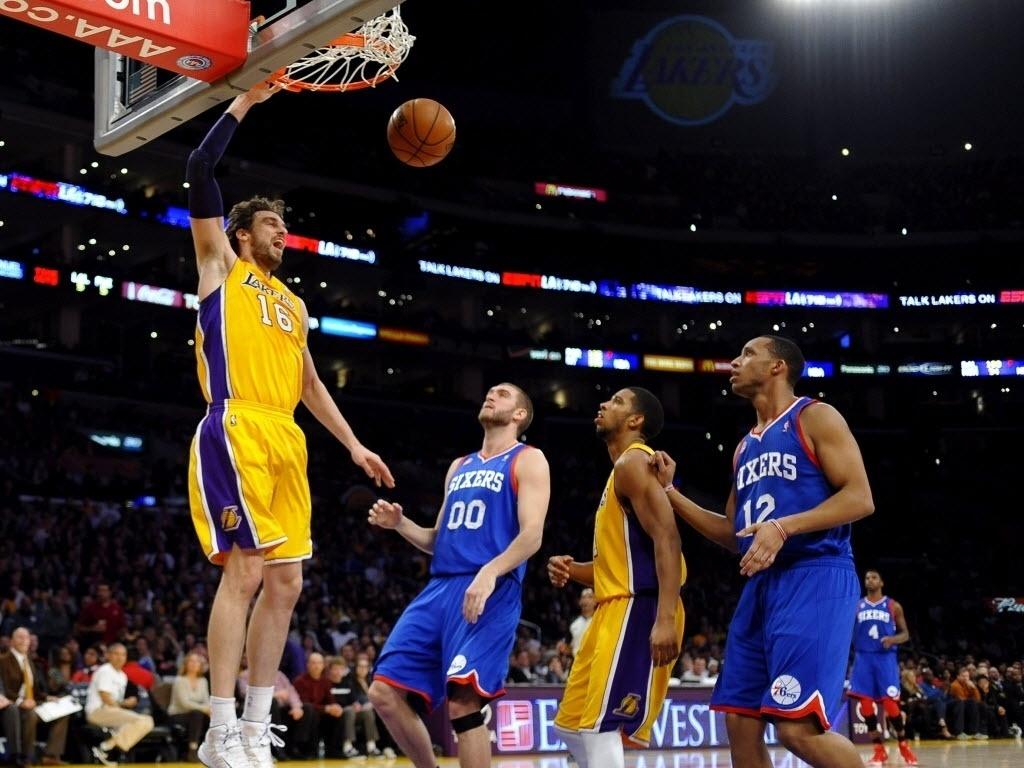 01.jan.2013 - Pau Gasol enterra em mais uma derrota dos Lakers, dessa vez para os 76ers