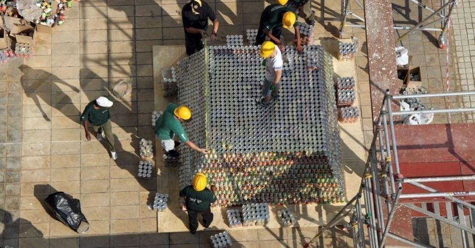 2.jan.2012 - A maior pirâmide de latinhas possui 19.019 objetos e foi criada pela empresa Nedbank Group Ltda., em Johannesburgo, na África do Sul