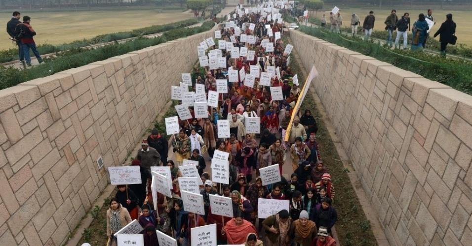 2.jan.2013 - Indianas realizam marcha em homenagem à jovem indiana de 23 anos vítima de estupro coletivo. A moça morreu na sexta-feira (28), em um hospital de Cingapura. Nesta quarta-feira (2), advogados do tribunal de Nova Déli anunciaram que se negam a defender os seis suspeitos, que, segundo a imprensa local, também tentaram atropelar a vítima depois do ataque