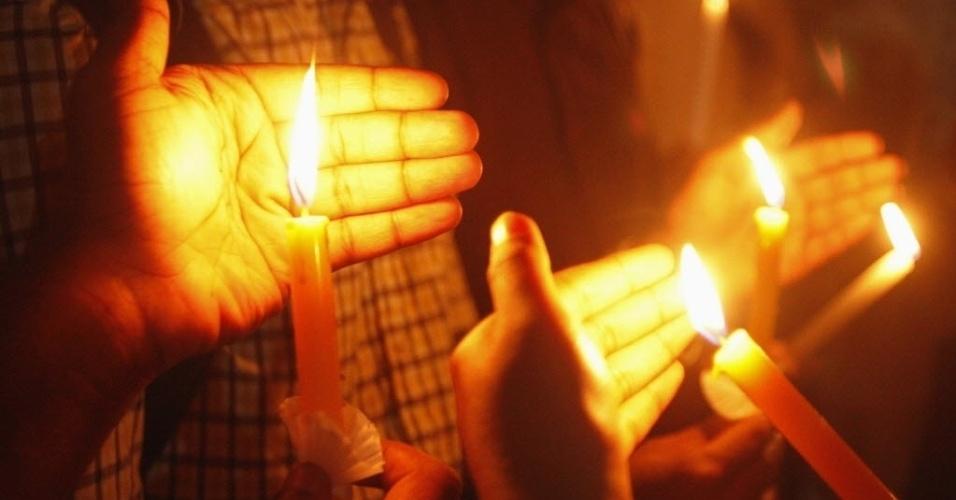 2.jan.2013 - Indianos acendem vela em vigília que homageia a jovem indiana de 23 anos vítima de estupro coletivo. A moça morreu na sexta-feira (28), em um hospital de Cingapura