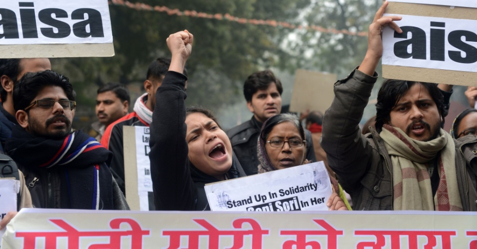 2.jan.2013 - Manifestantes fazem protesto contra a violência sexual, em Nova Déli, na Índia. O país ainda está abalado pela morte de uma jovem que foi vítima de um estupro coletivo dentro de um ônibus. A família da garota afirmou que não irá descansar enquanto os assassinos não sejam enforcados