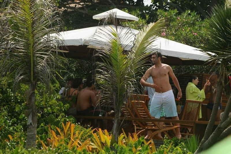 2.jan.2013 Em Búzios de férias com a família, o ator Thiago Lacerda aproveitou a tarde para aproveitar o sol e nadar na praia