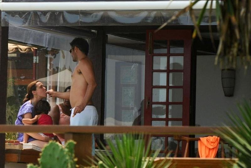 2.jan.2013 Thiago Lacerda dá comida na boca da mulher, a atriz Vanessa Lóes. No colo da atriz está a filha caçula do casal, Cora