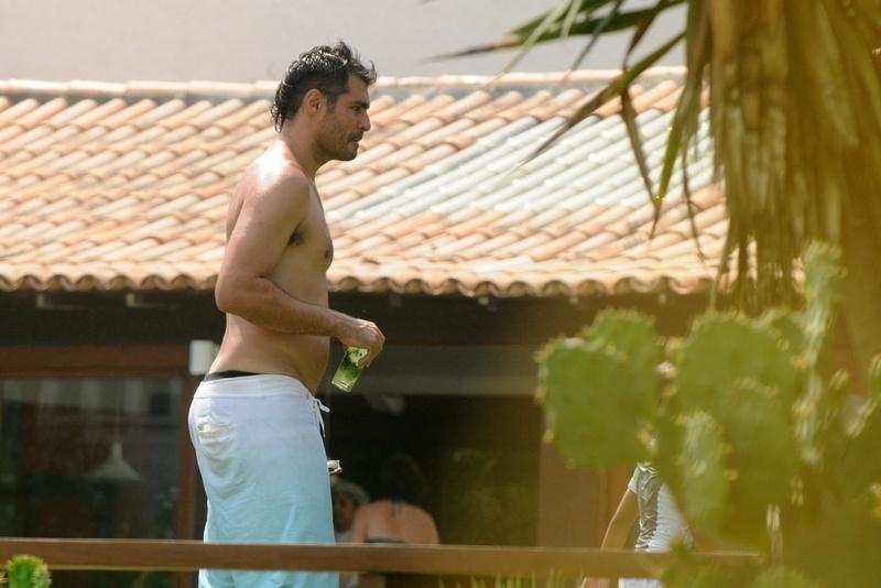 2.jan.2013 Thiago Lacerda bebe caipirinha em casa de praia em Búzios