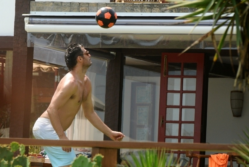 2.jan.2013 Thiago Lacerda joga futebol em casa de praia em Búzios