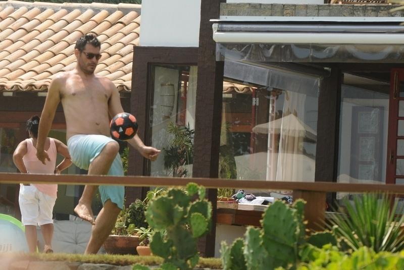 2.jan.2013 Thiago Lacerda joga futebol em casa de praia em Búzios, o casal passou o réveillon na praia do Rio de Janeiro
