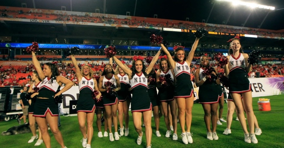 01.jan.2013 - Cheerleaders do Northern Illinois Huskies se apresentam em jogo de futebol americano universitrio