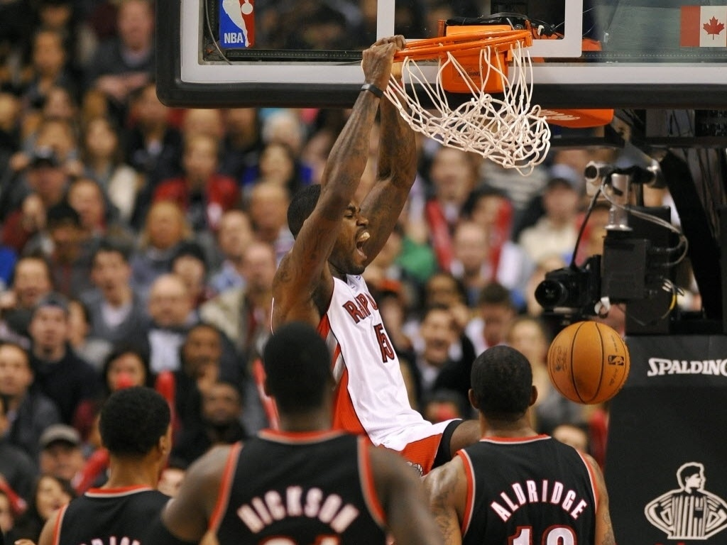02.jan.2013 - Amir Johnson, do Toronto Raptors, enterra na fácil vitória do time canadense sobre o Portland TrailBlazers