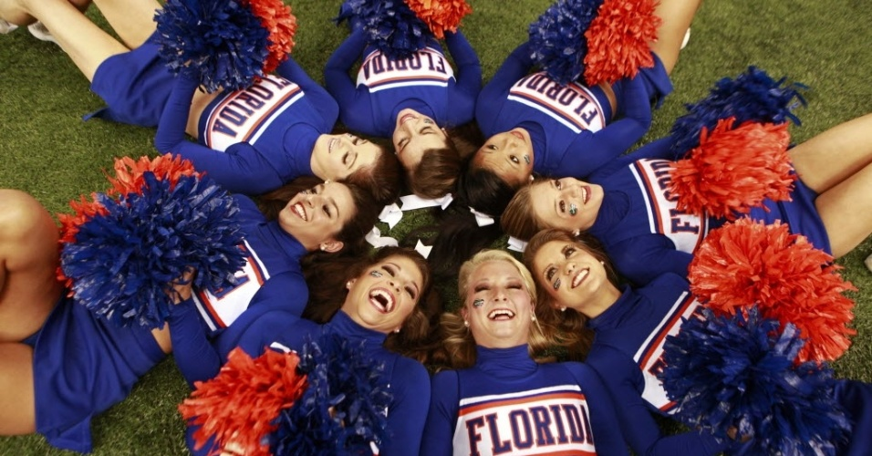 02.jan.2013 - Cheerleaders do Florida Gators fazem pose no cho em partida de futebol universitrio