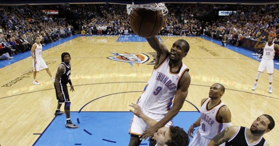 02.jan.2013 - Serge Ibaka dá bela enterrada, mas o Oklahoma City Thunder perdeu para o Brooklyn Nets em casa