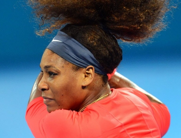 03.jan.2012-Serena Williams rebate bola de Sloane Stephens durante jogo de quartas de final do Torneio de Brisbane