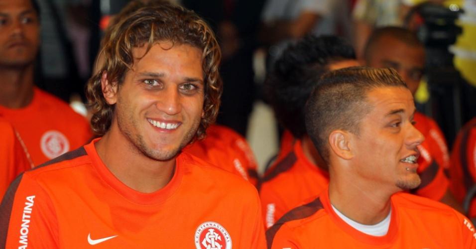 03.jan.2013- Ao lado de D'Alessandro, Rafael Moura sorri para foto na reapresentação do Inter