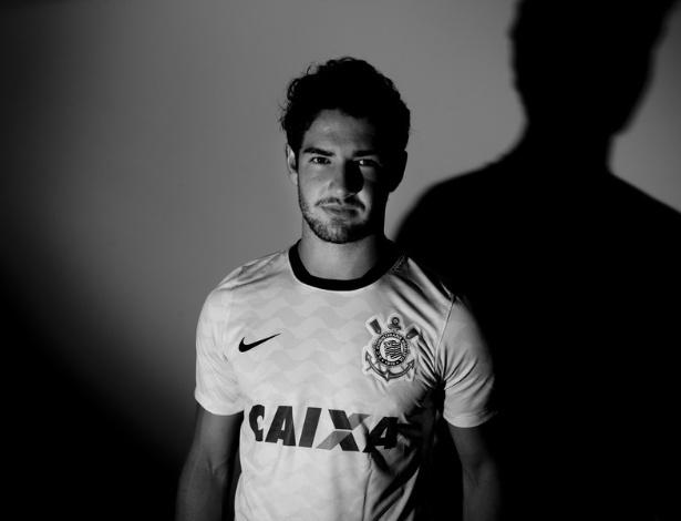03.jan.2013- Atacante Alexandre pato posa com a camisa do Corinthians