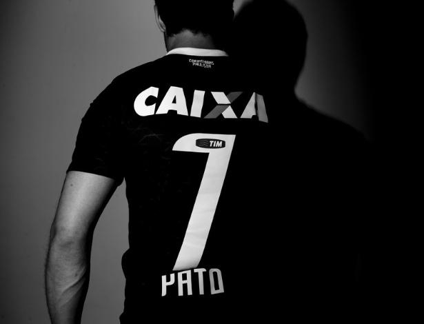 03.jan.2013- Pato posou para fotos com a camisa do Corinthians para a sua chegada ao clube