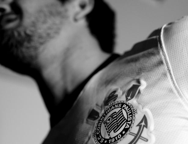 03.jan.2013-Alexandre Pato tirou fotos com a camisa do Corinthians para o anúncio de sua contratação