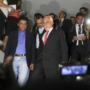 O ex-presidente do PT José Genoino (PT-SP) (de gravata vermelha) chega à Câmara dos Deputados, em Brasília, onde tomou posse
