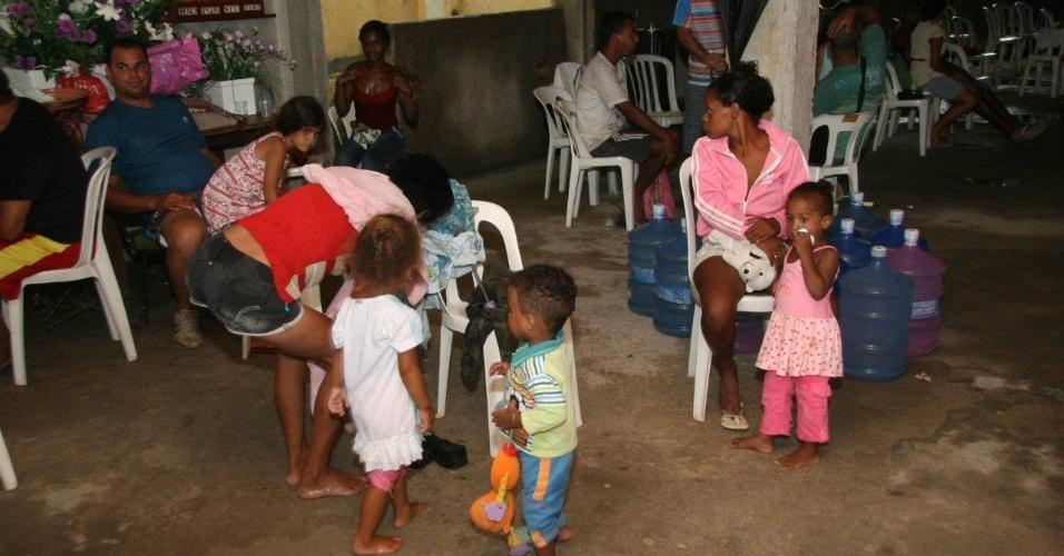 3.jan.2013 - Moradores se abrigam na igreja Batista de Xerém, em Duque de Caxias (RJ), nesta quinta-feira (3). Um forte temporal causou enchentes que destruiram casas, pontes e ruas da região