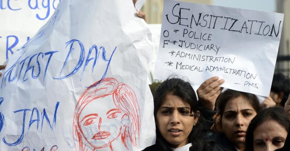 3.jan.2013 - Advogadas indianas seguram cartazes e gritam palavras de ordem durante um protesto na entrada da Corte Distrital Saket, em Nova Déli, Índia, nesta quinta-feira (3). Um grupo de homens acusados ??de estuprar uma estudante de 23 anos em um ônibus, em Nova Déli, comparecerão ao tribunal pela primeira vez. A jovem indiana morreu no dia 28 de dezembro, no hospital