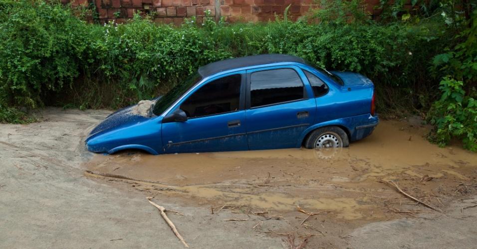 3.jan.2013 - Carro fica atolado em lama, após enchente em Xerém, Duque de Caxias (RJ), após forte chuva que caiu durante a madrugada. Um homem morreu, após o desabamento de uma casa. Cerca de 182 pessoas foram desalojadas, segundo a Defesa Civil