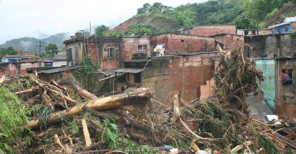 3.jan.2013 - Casas e ruas no bairro de Xerém, em Duque de Caxias (RJ), ficam destruídos após forte chuva que caiu durante a madrugada. Um homem morreu, após o desabamento de uma casa. Cerca de cem pessoas foram desalojadas, segundo a Defesa Civil