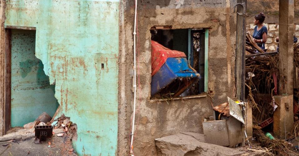 3.jan.2013 - Casas ficam destruídas em Xerém, Duque de Caxias (RJ), após forte chuva que caiu durante a madrugada. Um homem morreu, após o desabamento de uma casa. Cerca de 182 pessoas foram desalojadas, segundo a Defesa Civil