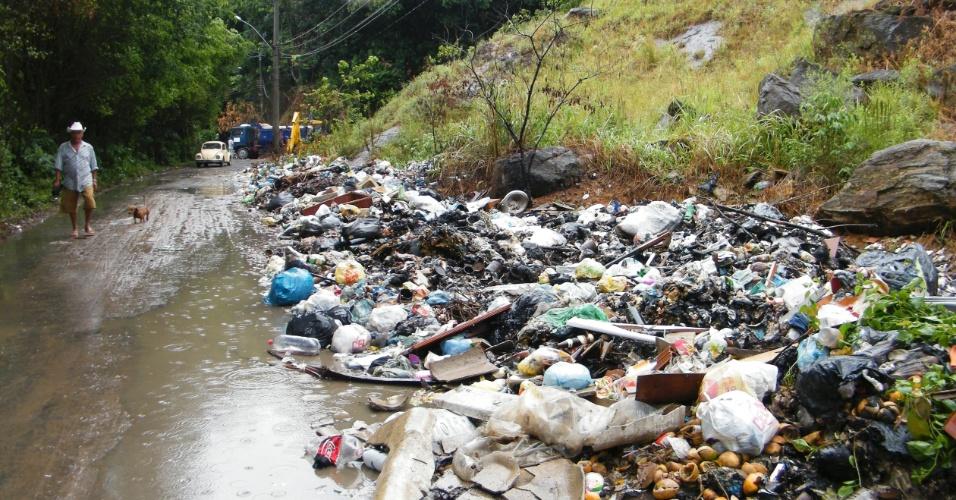 3.jan.2013 - Lixo arrastado por correnteza acumula após enchente decorrente de forte chuva que caiu durante a madrugada em Duque de Caxias (RJ). Um homem morreu, após o desabamento de uma casa. Cerca de cem pessoas foram desalojadas, segundo a Defesa Civil