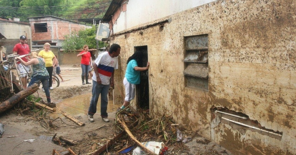 3.jan.2013 - Moradores t&#234;m suas casas destru&#237;das ap&#243;s enchente decorrente de forte chuva que caiu durante a madrugada. Um homem morreu, ap&#243;s o desabamento de uma casa. Cerca de cem pessoas foram desalojadas, segundo a Defesa Civil