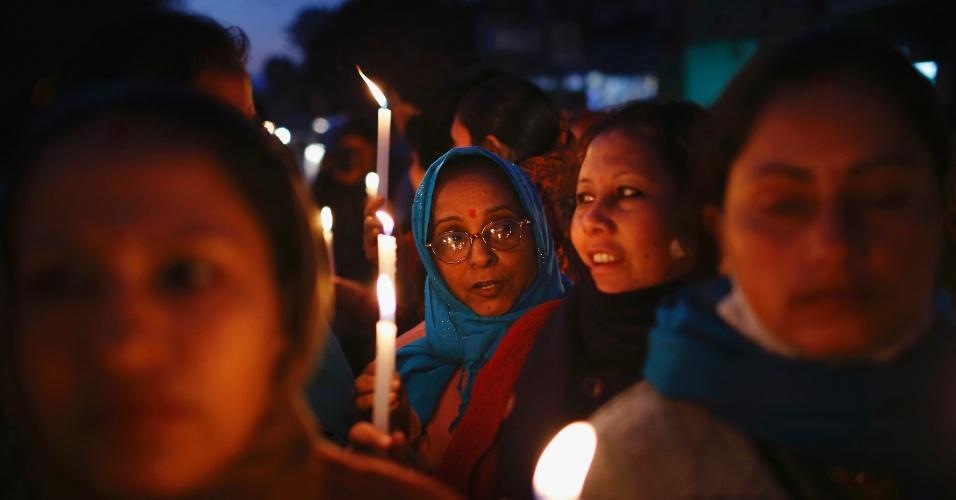 3.jan.2013 - Mulheres participam de uma passeata à luz de velas, em Katmandu, na Índia, nesta quinta-feira (3), para protestar contra o aumento da violência contra a mulher, exigindo que o governo indiano implemente leis mais duras e tome ações mais firmes contra crimes sexuais. Uma série de estupros e assaltos foram relatados ao longo das duas últimas semanas em todo o Nepal, país vizinho à Índia, segundo a imprensa local