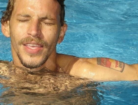3.jan.2013 - O artista plástico Aslan, do BBB13, em foto que mostra lata de sopa Cambell tatuada no braço