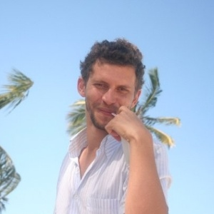 3.jan.2013 - O artista plástico Aslan, do BBB13, namora com um médico no Recife